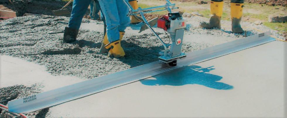 Виброрейка для укладки бетона на строительном объекте